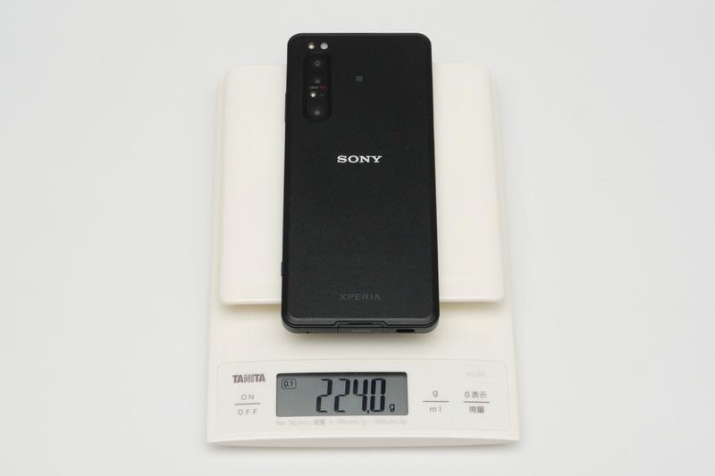 重量は実測で224gと、スマートフォンとしてかなり重い部類となっている
