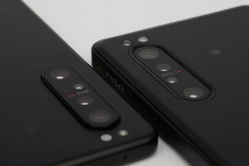 Xperia 1 IIの背面カメラ(左)と比べると、出っ張りがないため安心感がある