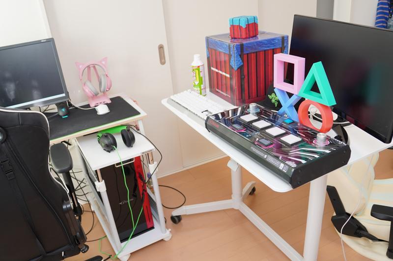 右側の机にゲーム関連グッズなどを置いて、カメラに入るようにしてある