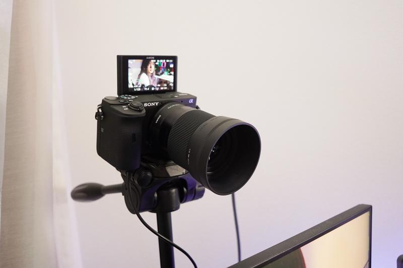 カメラは三脚に乗せて、ディスプレイに裏に設置