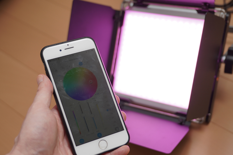 RGB LEDライトで壁面を照らしている。色などはBluetooth経由でスマートフォンで操作可能