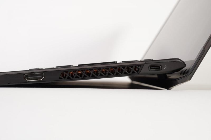 右側面は、Thunderbolt 4とHDMI
