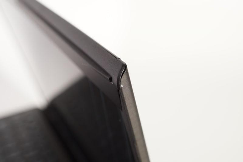 ところどころに丸みを帯びたデザインを採用しているが、すべてにカーボンファイバーが使われている