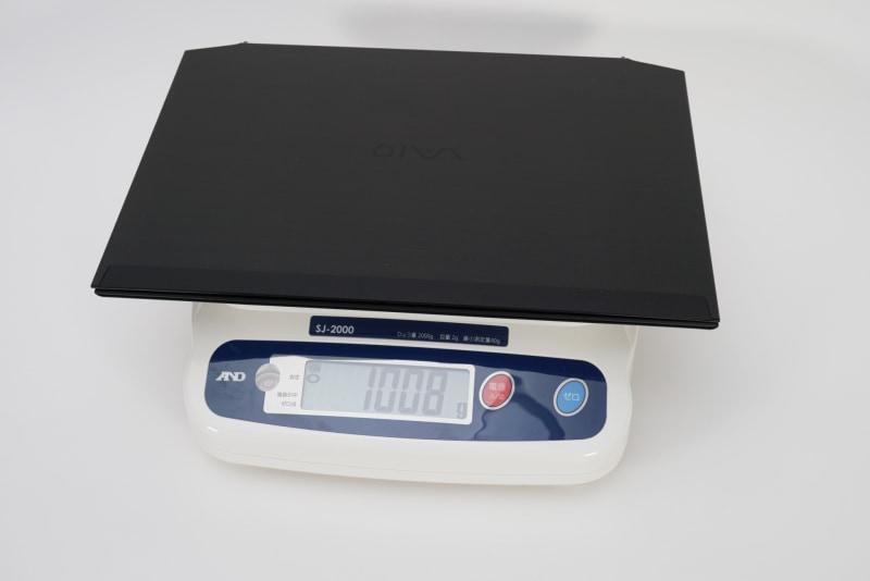 5Gモデムを搭載するVAIO Zの実測重量は1,008gだった。モバイルノートとしては十分に軽量だ