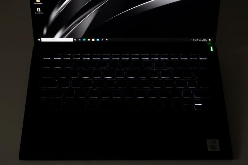 こちらはVAIO SX14のキーボードバックライト。透過処理がされておらず、キーの印字が見えない