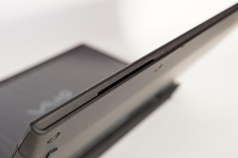 スピーカーはキーボード面の前側の側面部に用意されている