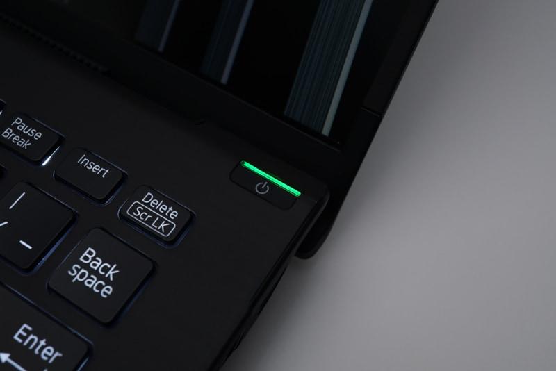 電源ボタンには指紋認証センサーが内蔵されている。そのため、電源投入と同時にセンシングも行ない、そのままWindows 10にログインできるようになっている