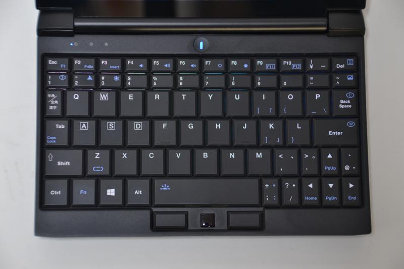 キーボードはキートップ形状、レイアウトとも独特。小さいながらバックライトも搭載