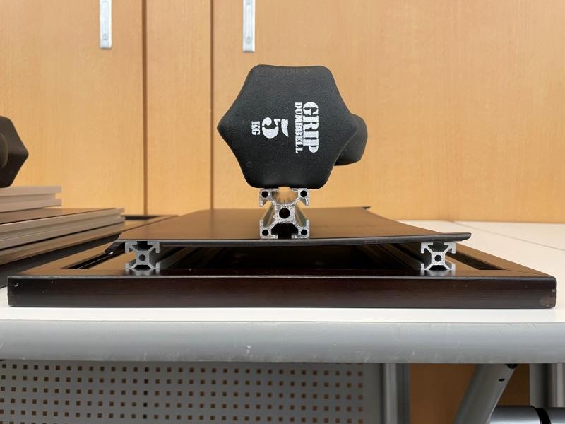 カーボンファイバー積層板(右)は押される力にも強い