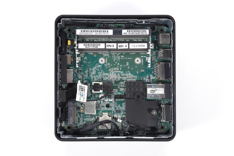 本体側内部。DDR4-3200対応SO-DIMMスロット×2本と、M.2スロットが実装されている