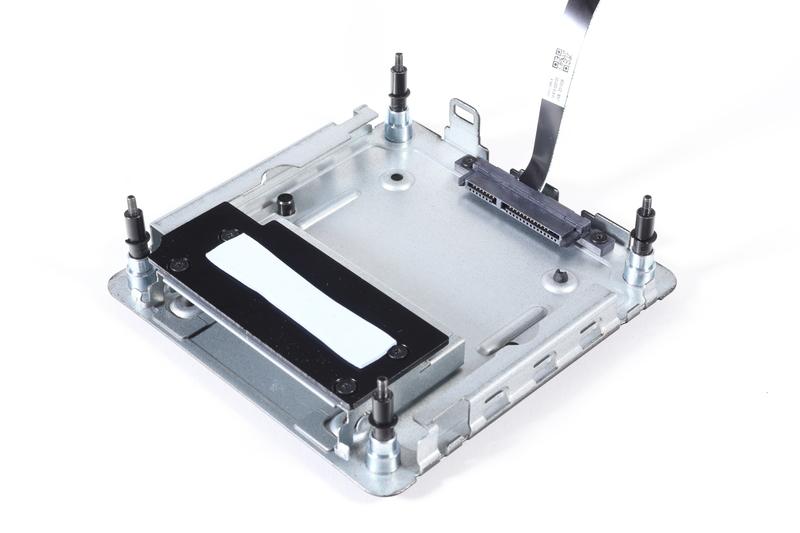 底面パネル。7mm厚の2.5インチドライブを取りつけられるスロットと、M.2 SSD冷却用ヒートシンクを備えている