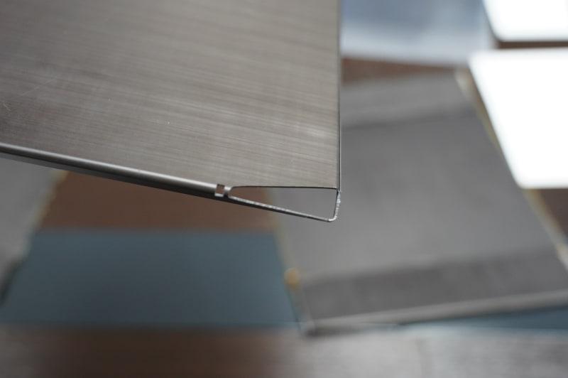 VAIO Zの曲がるカーボンの代表的な部分と言える天板のオーナメント部分。曲げて作ってさらにCNCで必要ない部分を切り出すという力業で製造されている