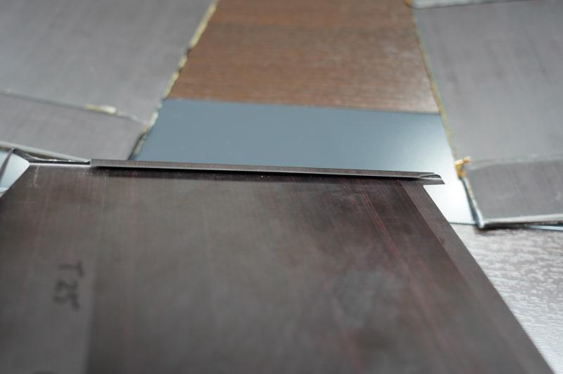 VAIO Zのディスプレイ天板。端が折り返されていて、折り返された部分がB面になっている