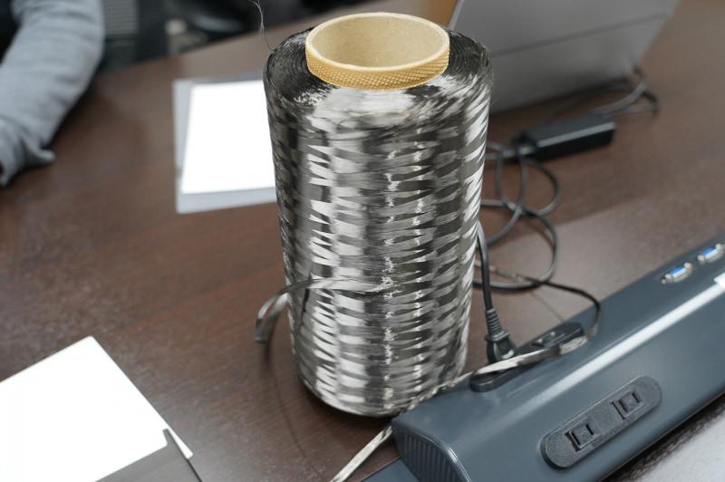 カーボンの材料の炭素繊維。この炭素繊維と樹脂を熱で固めていく