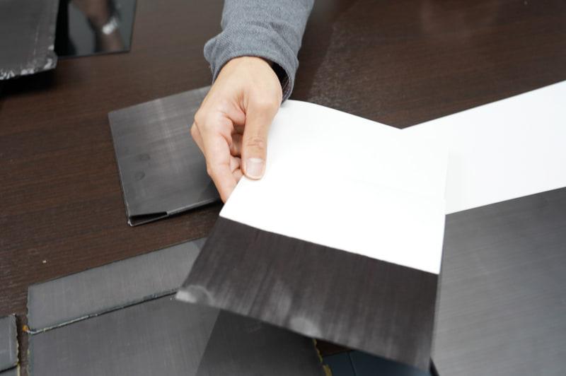 炭素繊維の用紙、これだけだとペラペラですぐに避けてしまうし、この状態で折り曲げても折れてしまうほど曲げるのは難しい