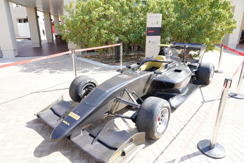 カーボンで作られてるレーシングカー、塗装前なのでカーボンの柄がわかる