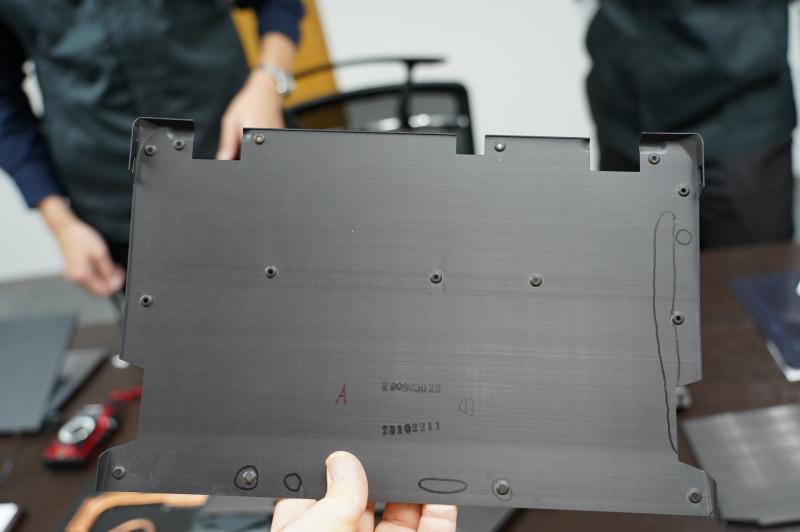 VAIO Zの底面カバー、ディスプレイのヒンジに近い部分が立ちあがっていることがわかる
