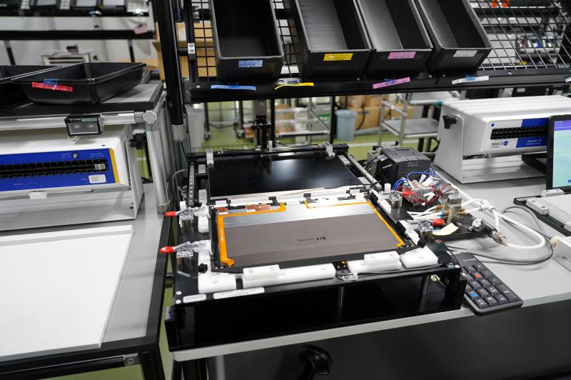 VAIO Zのディスプレイ組立工程。手前にあるA面カバーに、液晶モジュールをスライドして装着していく