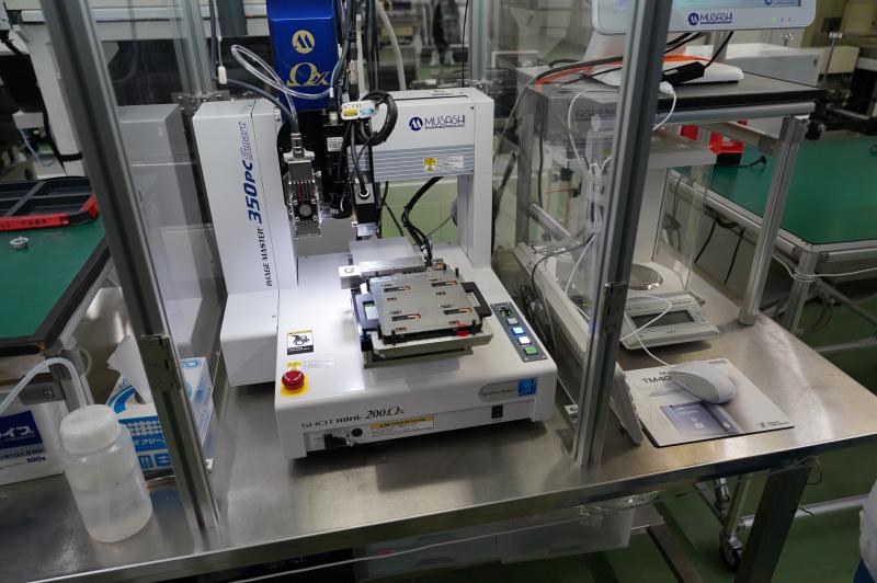 自動でICを装着していくSMTマシン