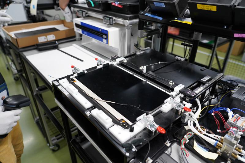 液晶のモジュールを奥側にセットして、手前に引いてA面カバーに装着する。B面がA面と一体構造になっているためにこうした工程が必要