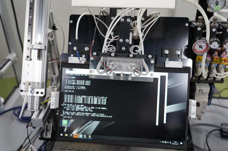マイクのテスト、VAIO Zのマイク部分に専用のテスターを当てて、ノイズが基準値以下か確認している