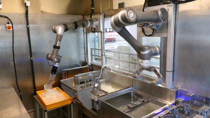 そばの上にかけられているフィルムをはがす操作もロボットが自動で実施