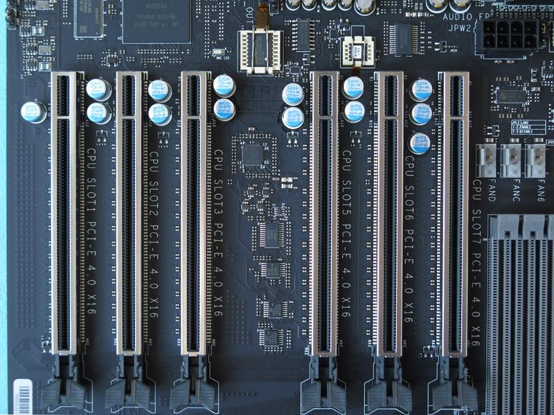 圧巻の6基のPCI Express 4.0 x16スロット。全スロット一切の排他関係がなく、つねにフルレーンで動作