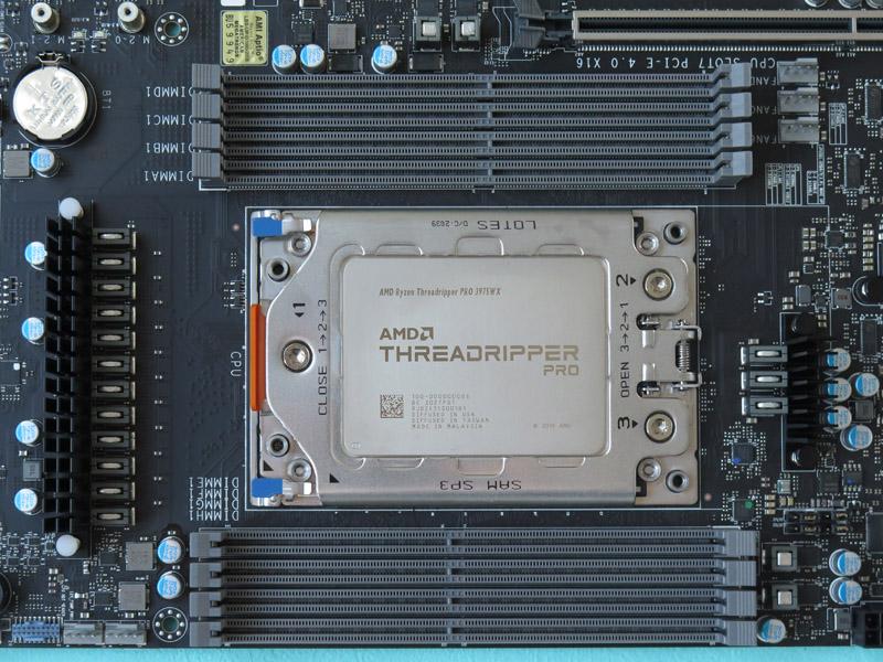 メモリは8本搭載可能。メモリスロット間隔は狭いので、厚みのあるメモリがクリアランスが厳しいかもしれない