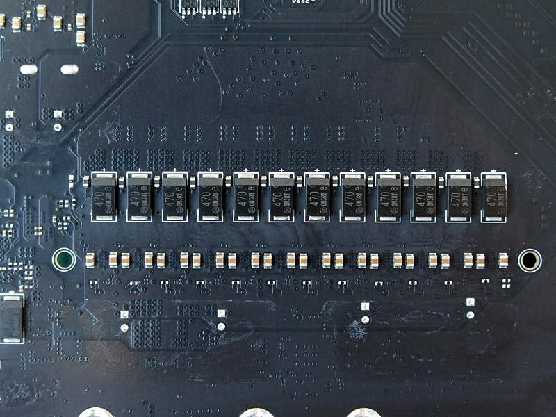CPUのVRM電源のコンデンサは裏面に実装されている