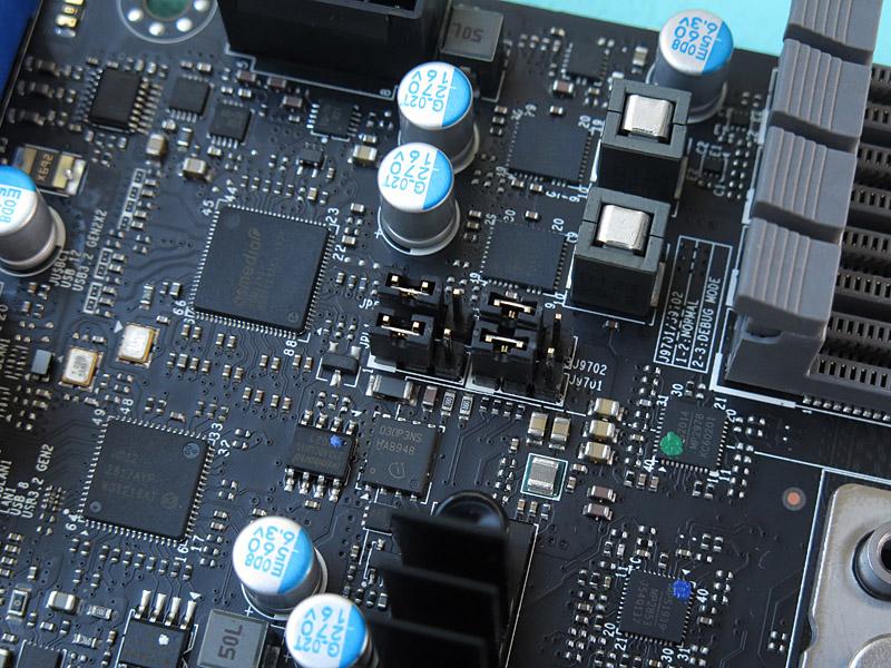 至るところにジャンパーがあり、オーディオやUSB、LAN機能をハードウェア的にオン/オフできる