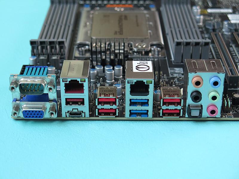 背面インターフェイスも、USB 3.1(10Gbps)×5、USB 3.2(Gen2x2、20Gbps、Type-C)、USB 3.0×2、Gigabit Ethernet、10Gigabit Ethernet、シリアルポート、ミニD-Sub15ピン、音声入出力と非常に豊富