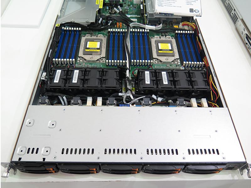 2017年のCOMPUTEXでSupermicroに紹介されたEPYC搭載サーバー「AS-1123US-TR10RT」。このときから筆者は個人向けSupermicro+AMDマザーボードの登場に期待していた