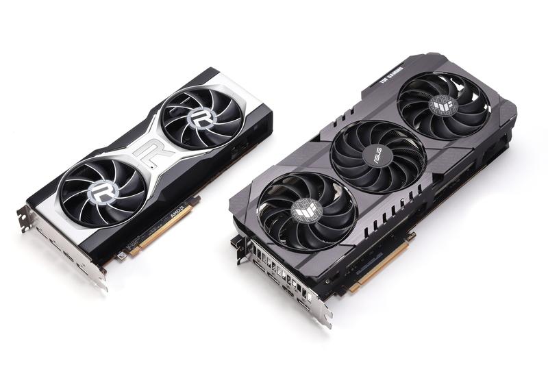 リファレンスモデルと並べたところ。大型GPUクーラーを備えるASUS TUF-RX6700XT-O12G-GAMINGは、冷却性能や静粛性を重視した豪華仕様のオリジナルモデルだ