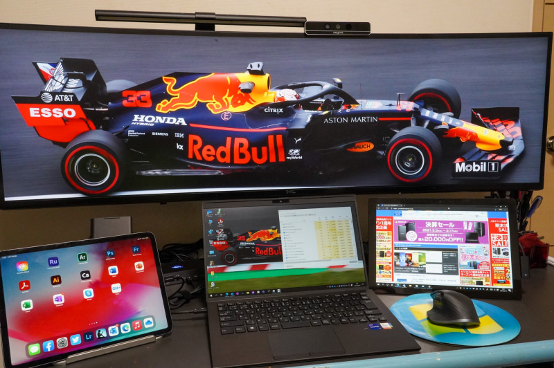 筆者自宅の仕事環境。49型の5KディスプレイとThunderbolt 4対応PCの間にThunderbolt 4のドッキングステーションを挟んでいる