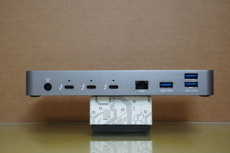 <裏面>ACアダプタ入力、Thunderbolt 4×3、Gigabit Ethernet、USB 3.2 Gen 2×3
