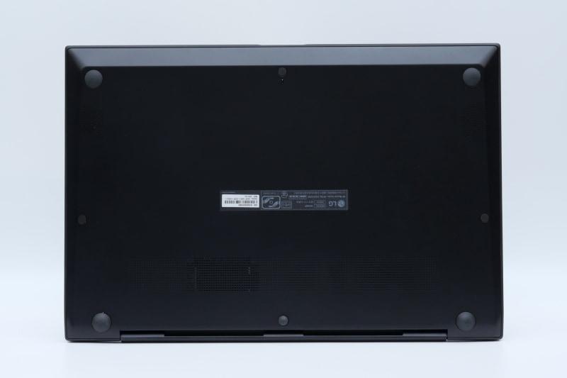 裏面。フットプリントは355.9×243.4mm(幅×奥行き)と、従来の15.6型モデルより幅がわずかに小さく、奥行きがやや大きくなっている