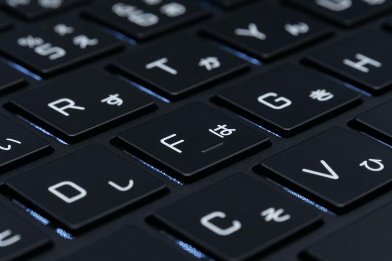 キーストロークは1.65mmと従来モデルから0.15mm深くなった。硬めの打鍵感と合わせて、デスクトップPC用キーボードのようにしっかりキーを押し込むようにタイピングできる