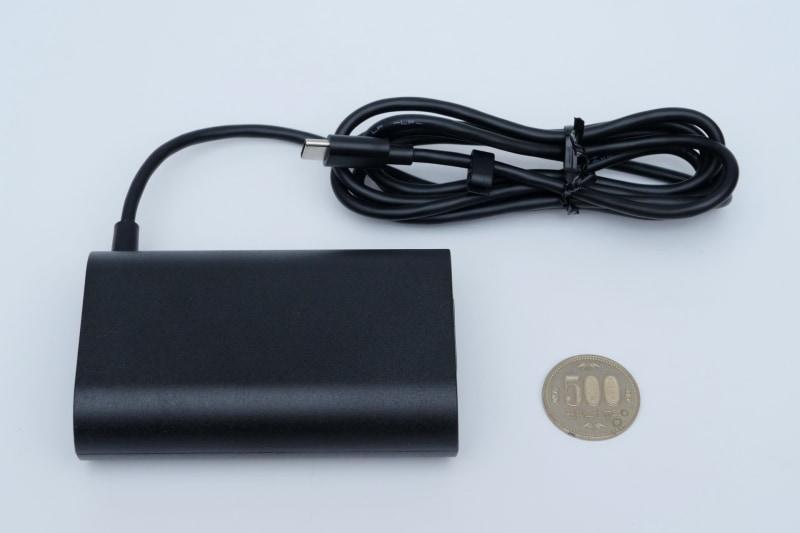 付属ACアダプタはUSB PD準拠で出力は65W。本体のThunderbolt 4に接続して利用する