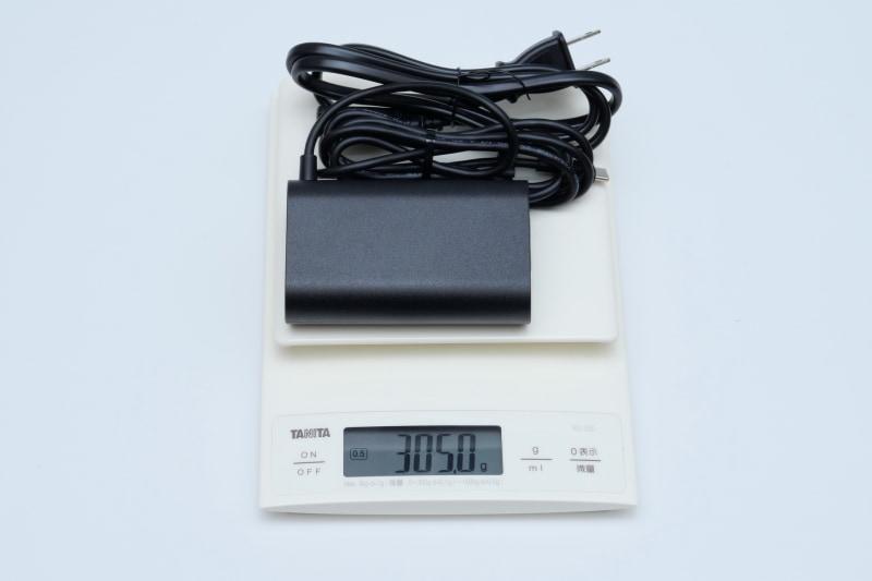 ACアダプタの重量は、付属電源ケーブル込みで実測305gだった