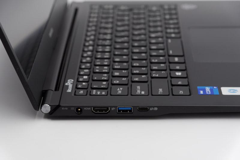 左側面にThunderbolt 4ポートとHDMI出力端子を備える