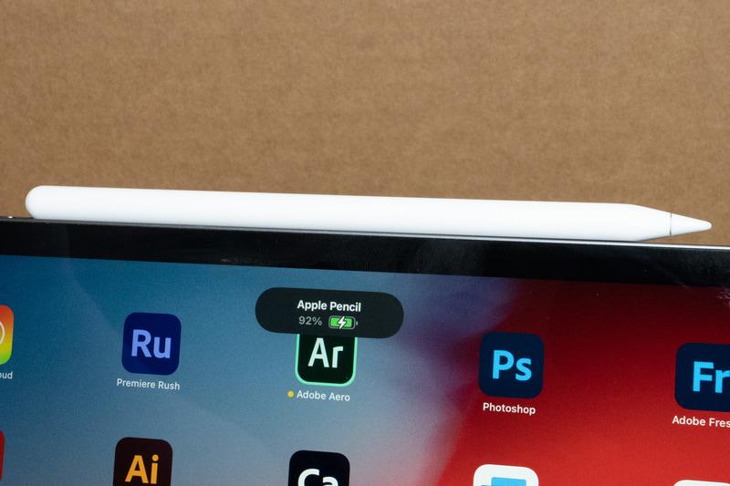 第2世代のApple PencilはBluetoothペアリングと充電をマグネットで本体に吸着するだけで出来るようになっており、使い勝手が改善している