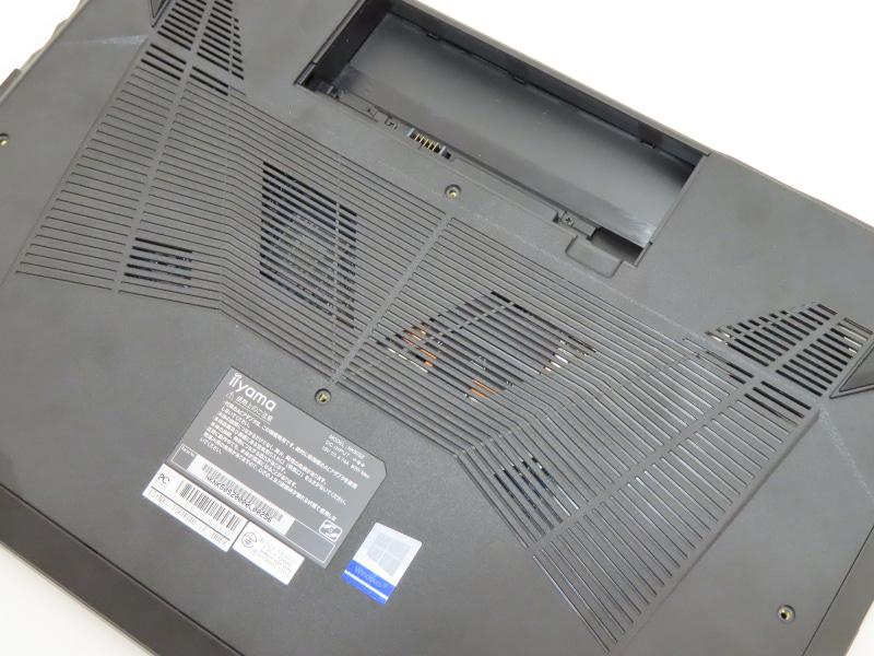 背面や底面、左右側面などさまざまな部分に通風口を設けており、風通しがよい筐体を採用する