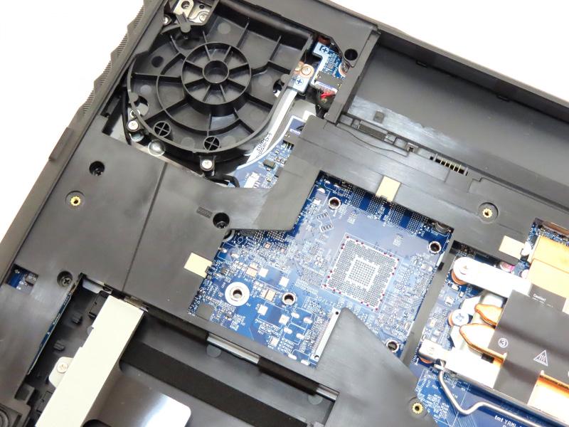CPUソケットの左側にはパターンのみが残されており、近くには追加でファンやヒートシンクを組み込めそうなスペースもある