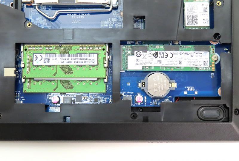 CPUソケットの下部には、メモリスロットとM.2スロットを装備。2280規格のNVMe対応SSDが組み込まれていた
