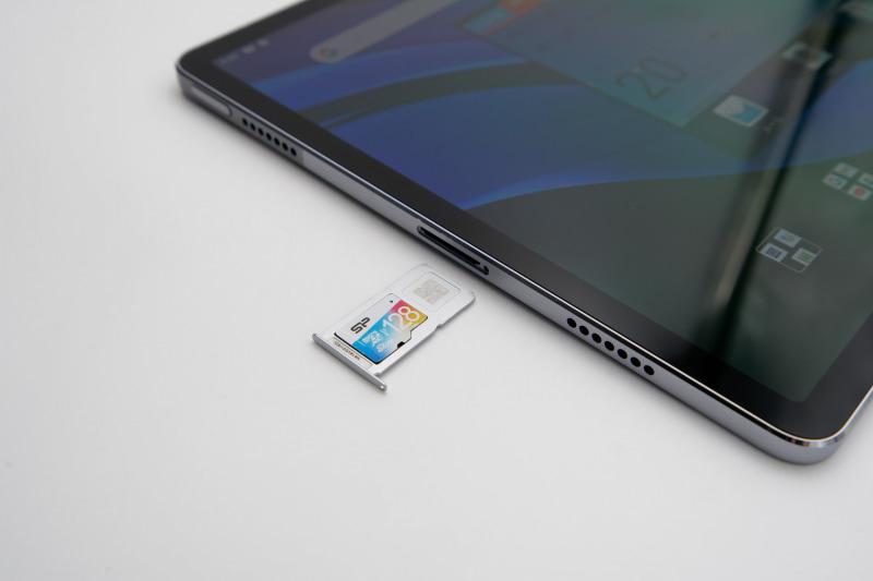 microSDXC対応カードスロットを搭載