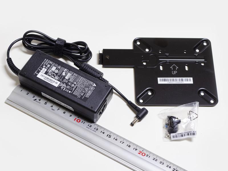 付属品。ACアダプタ(サイズ約125×45×28mm、重量238g、出力19.5V/4.62A)、VESAマウンタ