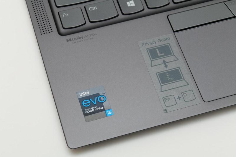 パームレスト部には、処理性能、Wi-Fi速度、バッテリ駆動時間、グラフィックス(Intel Iris Xe Graphics、狭額縁)、レジューム速度、インターフェイス(Thunderbolt 4)ほかIntelが設けた基準をクリアしていることを示す「Intel Evoプラットフォーム」のシールが貼られている