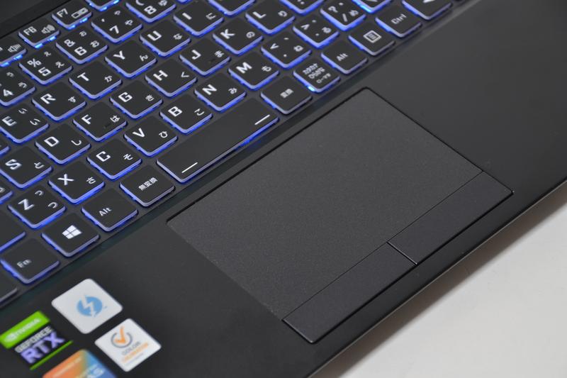 キーボードバックライトはキーの外周が光るタイプ。タッチパッドは2ボタン付きの標準的なもの