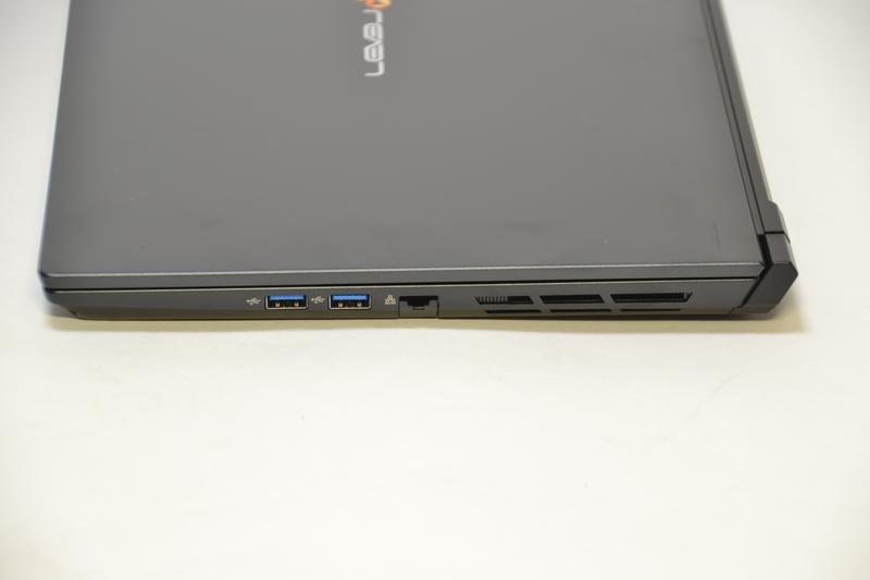 右側面はUSB 3.0×2、Gigabit Ethernet