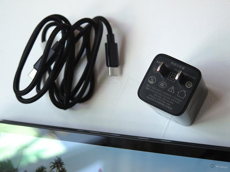 付属のACアダプタは小型でUSB PDに対応する